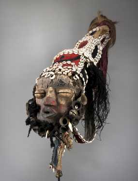 A Guere-Wobe female singer's mask